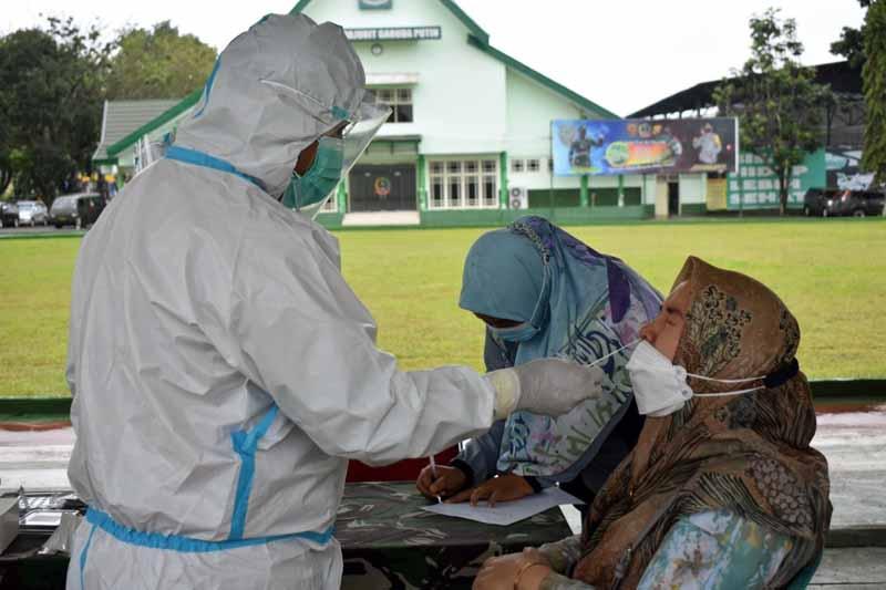 Prajurit dan PNS Korem 042/Gapu Saat Mengikuti Rapid Test Antigen di Tribun Upacara Makorem 042/Gapu. [FOTO : JambiNET/REM042]