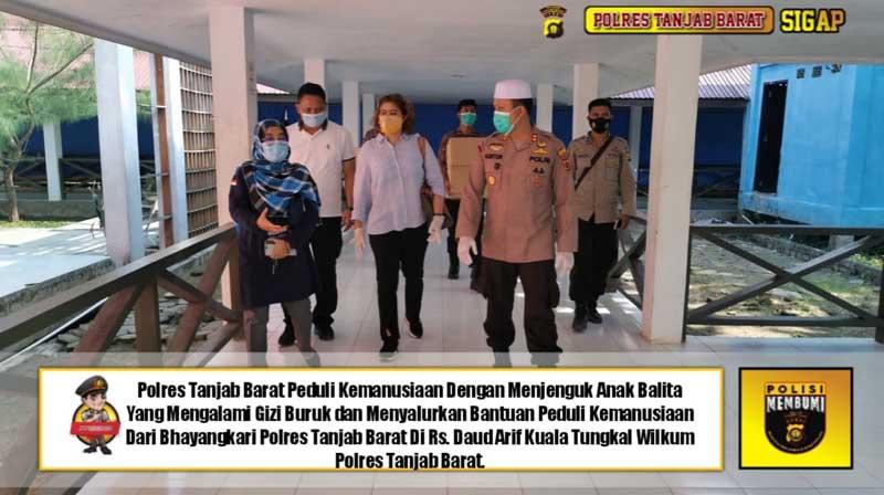 Kapolres Tanjab Barat AKBP Guntur Saputro, S.I.K, MH Bersama Kornas Team Reaksi Cepat PPA Jakarta (Komnas anak) mengunjungi M. Saparudin dirawat di RSUD KH. Daud Arif Kuala Tungkal. [FOTO : JambiNET/RES]
