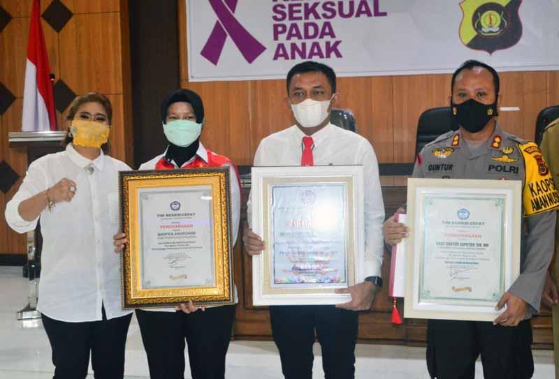 Komisi Nasional Perlindungan Anak (Komnas PA) dan Tim Reaksi Cepat Perlindungan Perempuan dan Anak (TRC-PPA) berikan penghargaan kepada Kapolres Tanjab Barat jajaran. [FOTO : JambiNET/RES]