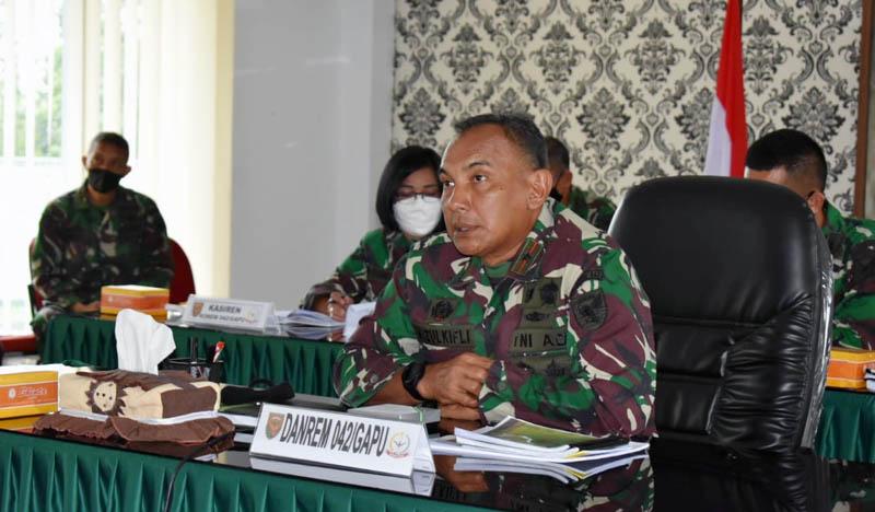 Danrem 042/Garuda Putih Brigjen TNI M. Zukfili menerima paparan satuan dalam rangka kesiapan menghadapi Lomba Binter dan Lomba Binsat tingkat Kodam Tahun Anggaran 2020-2021, secara virtual diruang rapat Makorem 042/Gapu. [FOTO : JambiNET/REM042]