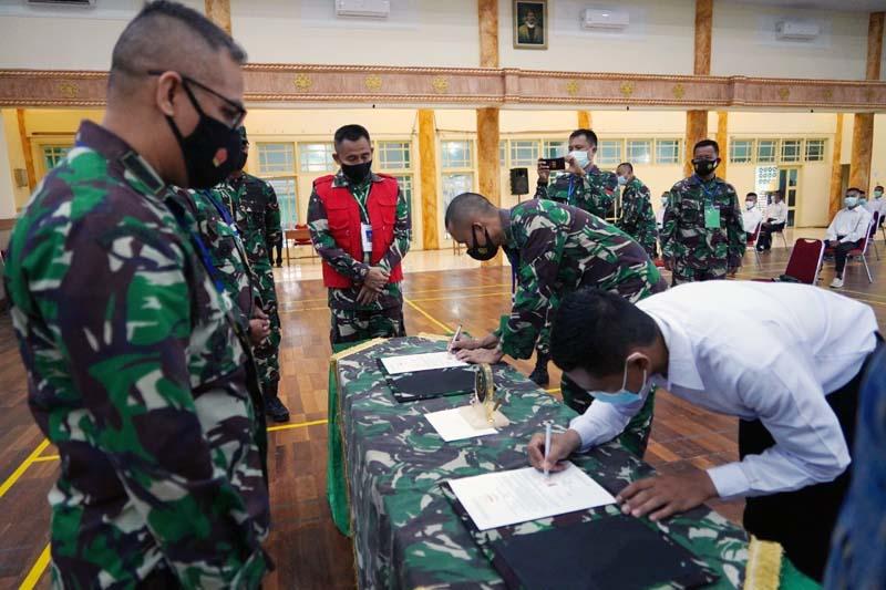 Danrem 042/Garuda Putih Brigjen TNI M Zulkifli Saat Memimpin Penandatanganan Pakta Integritas Penerimaan Calon Tamtama PK Gel I  TA. 2021 di Makorem 042/Gapu Jambi. [FOTO : JambiNET/REM042]